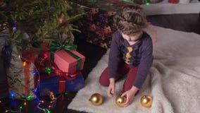 圣诞节装饰女孩结构树 股票视频