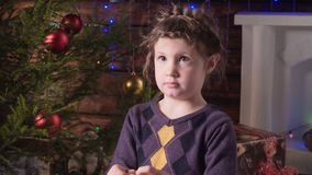 圣诞节装饰女孩结构树 股票录像