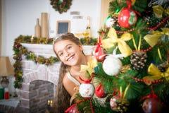 圣诞节装饰女孩结构树 免版税库存图片
