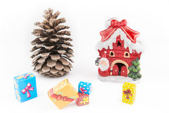 圣诞节装饰小屋、pincone和礼物盒 图库摄影
