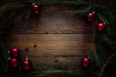圣诞节装饰常青树开花问候一品红红色结构树 红色球,杉树,文本的空间 免版税库存图片