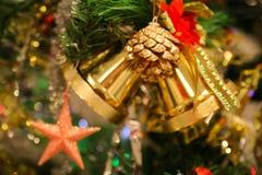 圣诞节装饰或圣诞树光为做准备庆祝天,背景的抽象Bokeh轻的用好 免版税库存照片
