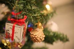 圣诞节装饰或圣诞树光为做准备庆祝天,背景的抽象Bokeh轻的用好 免版税库存图片