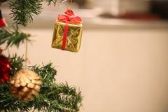 圣诞节装饰或圣诞树光为做准备庆祝天,背景的抽象Bokeh轻的用好 库存照片