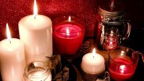 圣诞节装饰新年度 被弄脏的bokeh假日背景 红色蜡烛闪烁在旁边 金属螺盖玻璃瓶,棒棒糖 股票视频