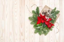 圣诞节装饰杉木分支包裹了礼物一品红flowe 库存图片