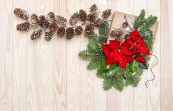 圣诞节装饰杉木分支包裹了礼物一品红flowe 库存照片