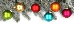 圣诞节装饰杉树球中看不中用的物品被隔绝的雪冬天 免版税库存图片