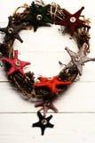 圣诞节装饰概念 花圈由与织品星的分支做成 免版税库存图片
