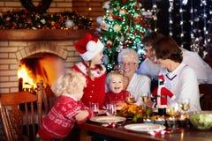 圣诞节装饰正餐新家庭想法 与孩子的家庭在Xmas树 免版税库存图片