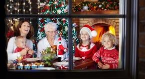 圣诞节装饰正餐新家庭想法 与孩子的家庭在Xmas树 库存图片