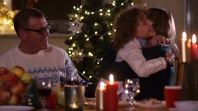 圣诞节装饰正餐新家庭想法 孙子从桌下面跳出,惊奇他的祖父和祖母 耍笑,愉快 股票录像