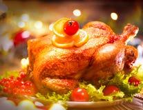 圣诞节装饰正餐新家庭想法 服务的桌用烤火鸡 免版税库存图片