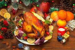 圣诞节装饰正餐新家庭想法 鸡烤了 服务的寒假桌 木背景 特写镜头 顶视图 库存图片
