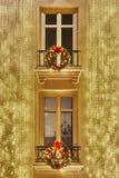 圣诞节装饰点燃在一个经典大厦门面 库存图片