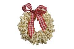 圣诞节装饰玉米花花圈 免版税库存照片