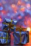 圣诞节装饰生态学木 在摘要,被弄脏的五颜六色的背景的美丽的圣诞树装饰品 概念为冬天的假日 库存照片