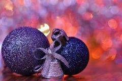圣诞节装饰生态学木 在摘要,被弄脏的五颜六色的背景的美丽的圣诞树装饰品 概念为冬天的假日 库存图片