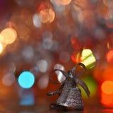 圣诞节装饰生态学木 在摘要,被弄脏的五颜六色的背景的美丽的圣诞树装饰品 概念为冬天的假日 免版税库存照片