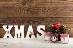 圣诞节装饰生态学木 抽象空白背景圣诞节黑暗的装饰设计模式红色的星形 手表、蜡烛和Xmas在木桌上发短信 免版税库存图片