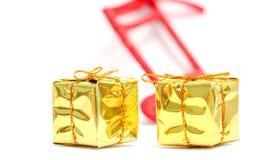 圣诞节装饰生态学木 金黄配件箱的礼品 免版税库存照片