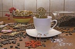 圣诞节装饰用在咖啡杯的姜饼 免版税库存照片