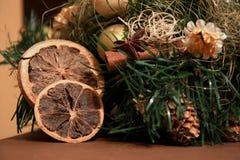 圣诞节装饰用柠檬和桂香 新年和假日 免版税库存照片
