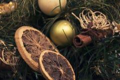 圣诞节装饰用柠檬和桂香 库存图片