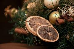 圣诞节装饰用柠檬和桂香 免版税图库摄影