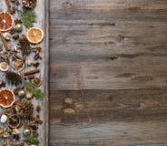圣诞节装饰用桂香和干橙色切片 库存照片