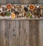 圣诞节装饰用桂香和干橙色切片 免版税库存图片
