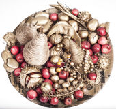 圣诞节装饰用金黄果子 免版税库存照片
