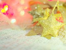 圣诞节装饰的一个金星在编织织品和五颜六色的背景与庆祝,圣诞节,新年的概念 免版税库存图片
