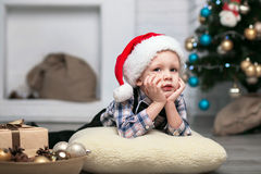 圣诞节装饰的小男孩期待一个奇迹 库存照片