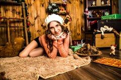 圣诞节装饰的微笑的女孩 免版税库存图片