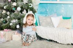 圣诞节装饰的逗人喜爱的女孩 免版税图库摄影