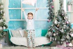 圣诞节装饰的逗人喜爱的女孩 免版税库存照片