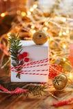 圣诞节装饰礼物盒和金与分支冷杉和闪闪发光的门铃 3d美国看板卡上色展开标志问候节假日信函国民形状范围 免版税库存照片