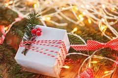 圣诞节装饰礼物盒和金与分支冷杉和boke的门铃 3d美国看板卡上色展开标志问候节假日信函国民形状范围 免版税库存照片