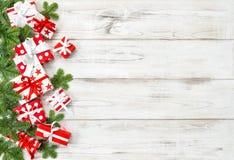 圣诞节装饰礼物盒杉树分支假日横幅 免版税库存照片