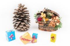 圣诞节装饰箱柜、pincone和礼物盒 库存图片