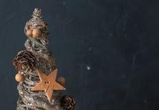 圣诞节装饰结构树 在黑混凝土背景的金黄颜色  圣诞节 明信片 题字的地方 免版税库存照片