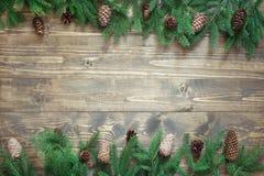 圣诞节装饰结构的杉树在与拷贝空间的木背景分支 顶视图 模板 库存图片