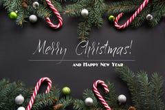 圣诞节装饰背景 杉树分支,在黑背景的糖果与拷贝空间 顶视图 模式 库存照片