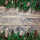 圣诞节装饰背景 杉树在与拷贝空间的木背景分支 顶视图和平的位置 免版税库存图片