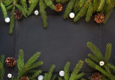 圣诞节装饰背景 杉树在与拷贝空间的黑背景分支 顶视图 模式 库存照片