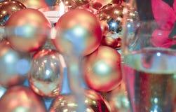 圣诞节装饰蜡烛和香槟 库存照片