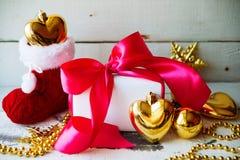 圣诞节装饰被隔绝的白色 有三金黄球的红色和金黄礼物盒和花饰 顶视图 方形的混合涂料 库存照片
