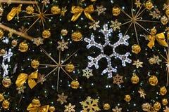 圣诞节装饰装饰新家庭想法 与圣诞树的抽象五颜六色的背景 免版税库存照片