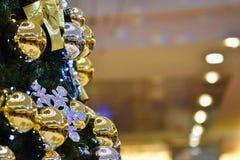 圣诞节装饰装饰新家庭想法 与圣诞树的抽象五颜六色的背景 免版税库存图片